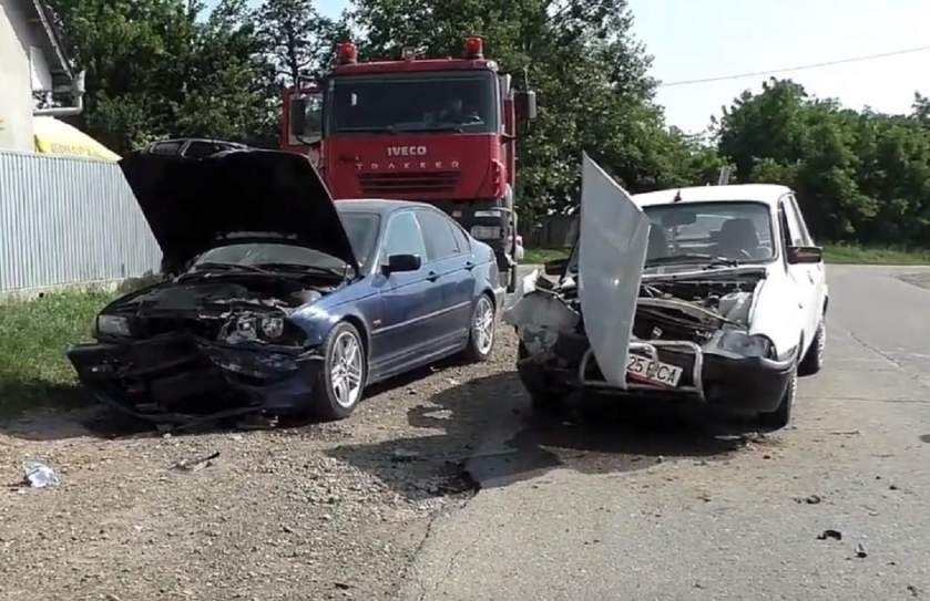 Impact frontal între un BMW și o DACIA 1310 (VIDEO)